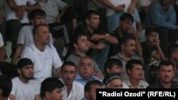 """Болельщики на матче между клубами """"Хайр"""" (Вахдат) и """"Равшан"""" (Куляб), стадион города Вахдат, 18 июля 2011 года."""