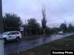 Фото автора: машини ОБСЄ з прапорами у Торезі