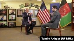 Zalmay Khalilzad (solda) Radio Azadi-nin Kabil bürosunun rəhbəri Sami Madi-yə müsahibə verir
