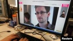Монитор компьютера, на котором отображен снимок Эдварда Сноудена, бывшего сотрудника агентства национальной безопасности США.