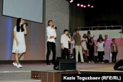 Исполнение в церкви «Новая жизнь» религиозного гимна, прославляющего Иисуса Христа. Алматы, 1 сентября 2019 года.