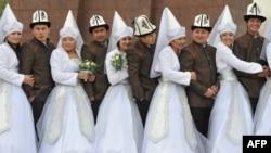 Массовая свадьба в Бишкеке. Иллюстративное фото. 13 ноября 2012 года.