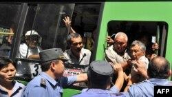 Бишкекте көчө акциясына чыккандарды кармап барып камап жатышат