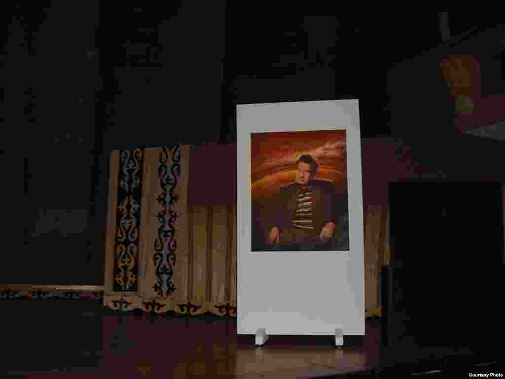 Парижде кыргыздардын курултайы өттү - Парижде өткөн курултайда кыргыз жазуучусу Чыңгыз Айтматов эскерилди.