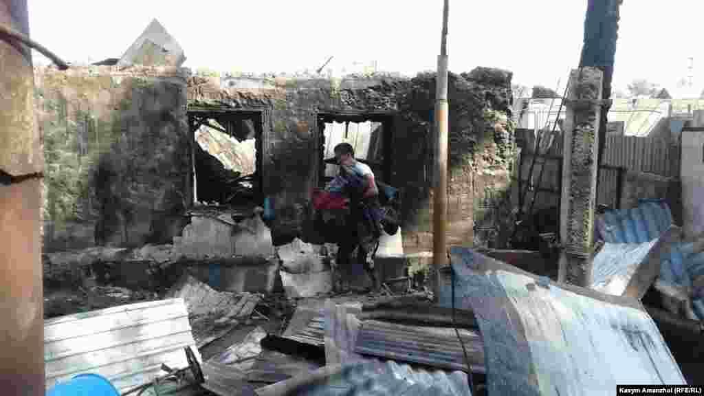 Официальный представитель КЧС Руслан Иманкулов сообщил, что сгорели два жилых каркасно-камышитовых дома и саманная времянка, погибших и раненых нет. Также горела кровля второй времянки, выгорело имущество и кровля мебельного цеха, а также автомобиль, добавил он.