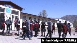 Иллюстрациялык сүрөт. Кыргызстандагы мектептердин бири.