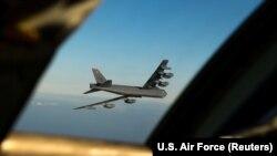 АҚШ-тың алысқа ұшатын B-52 Stratofortress бомбалаушы ұшағы Норвегия үстінен өтіп барады. 28 наурыз 2019 жыл.