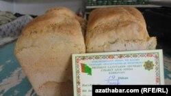Хлеб в виде буханок продается в госмагазинах Туркменистана.