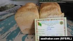Хлеб на прилавке государственного магазина, Туркменистана (архивное фото)