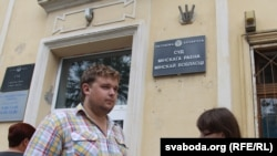 Мікола Дземідзенка ля будынку суду.