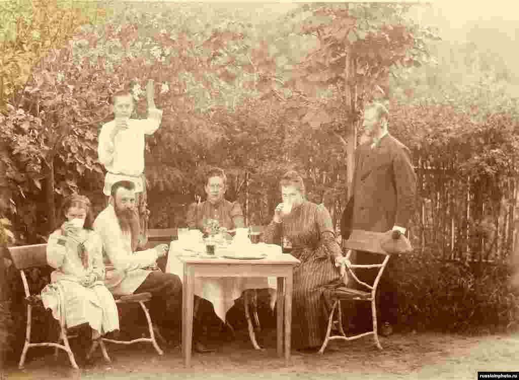 Мария, Сергей, Екатерина Павловна Шереметевы и их гости за чаепитием, 1891 год
