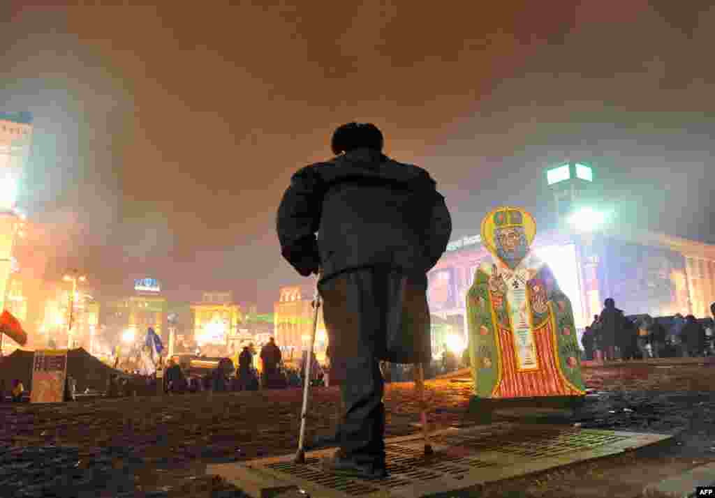 A disabled antigovernment protester stands on Independence Square in Kyiv, Ukraine. (AFP/Yuriy Dyachyshyn)