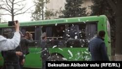 Задержанные разбивают стекла автобуса