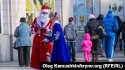 Дед Мороз и Снегурочка. Иллюстративное фото.