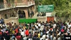 Християни у Пакистані зібралися біля однієї з церков, на яку вчинили напад, Лахор, 15 березня 2015