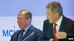 Россия - Министр иностранных дел России Сергей Лавров (справа) и министр обороны России Сергей Шойгу вр время 3-й конференции по безопасности, Москва, 23 мая 2014 г.
