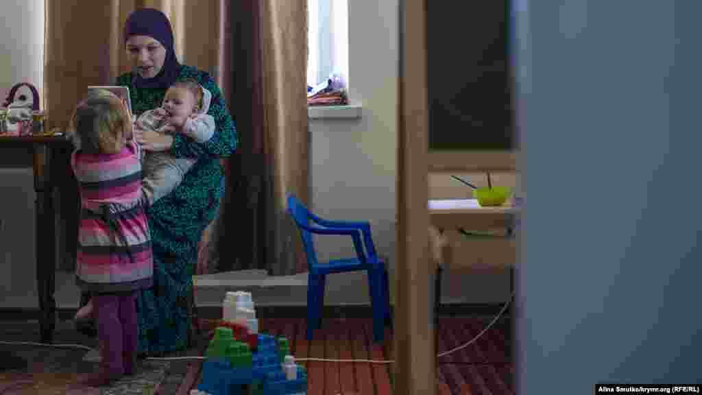 Анна з трирічною Амірою та піврічною Ханіфою у себе вдома