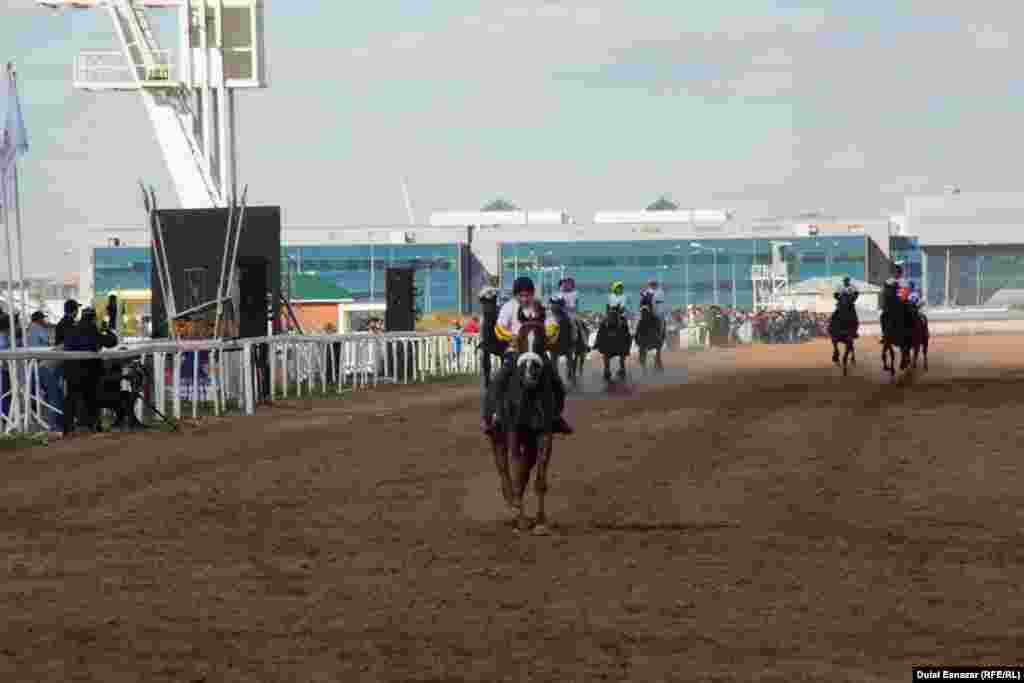 Аламан бәйгеде Ақмола облысының сәйгүлігін мінген шабандоз мәреге бірінші боп келді. Астана, 16 қыркүйек 2018 жыл.