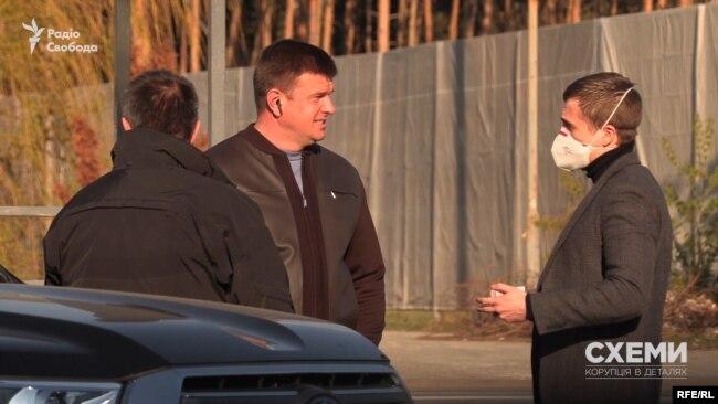 Журналісти вийшов, щоб дізнатися, хто цей відвідувач ОП і чому він зустрічається з експрокурором Куликом
