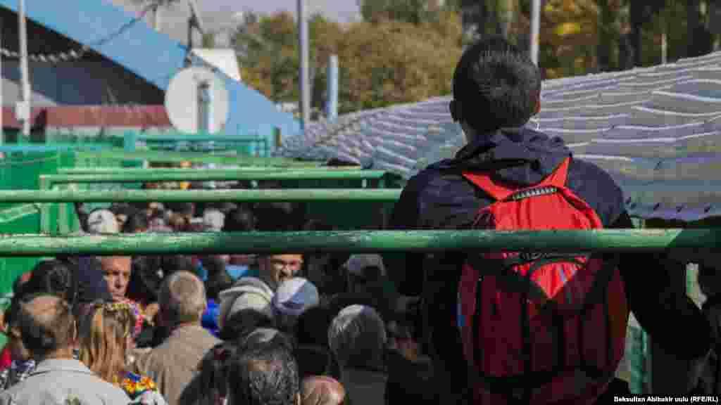 Ситуация на границе двух стран осложнилась 10 октября. Переходящие границу жаловались и затягивание процедур досмотра казахстанской стороной. На переходах выстроились колонны машин, ожидающих очереди.
