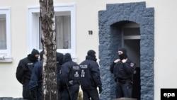 Германская полиция проводит обыск по делу об экстремизме. Гильдешайм, 8 ноября 2016 года.