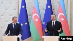 Азербайджан -- Ильхам Алиев и Дональд Туск (слева) на совместной пресс-конференции, Баку, 22 июля 2015 г.