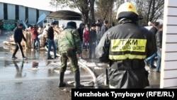 """После пожара на рынке """"Кулагер"""" на алматинской барахолке. Алматы, 17 ноября 2013 года."""
