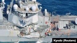 """Повреждённый американский эсминец """"Фитцджеральд""""."""