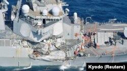 Pamje e dëmeve të shkaktuara në luftanijen amerikane USS Fitzgerald pas ndeshjes me një anije transportuese