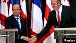 На снимке: президент Франции Франсуа Олланд (слева) и президент Грузии Георгий Маргвелашвили