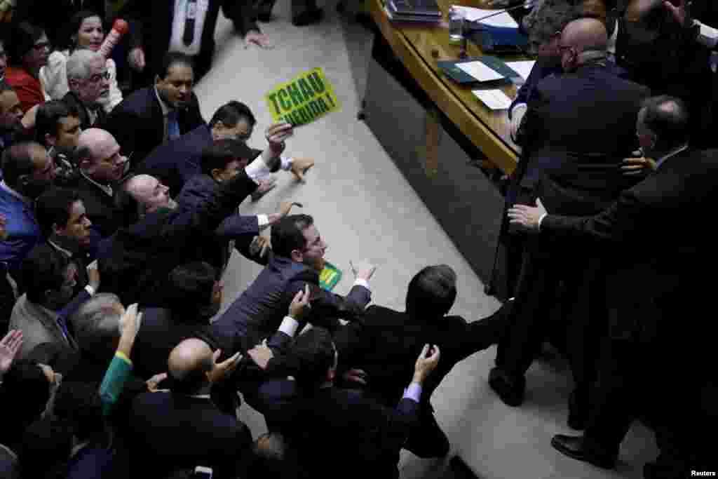 Более чем две трети параментариев (367) проголосовали за отставку Дилмы Русеф, первой женщины-президента в стране