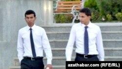 Türkmenistanyň 'çuňlaşdyrylan student problemasy' ykdysadyýeti synaga salýar