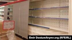 Порожні полиці в супермаркеті Сімферополя