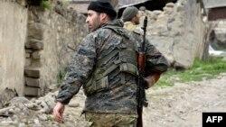 Военнослужащий Армии обороны НК на позициях близ села Талыш (архив)