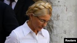 Оппозиционный политик Юлия Тимошенко входит в зал суда. Киев, 5 августа 2011 года.