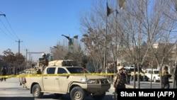 Силовики стоят возле места взрывов в Кабуле, 28 декабря 2017 года