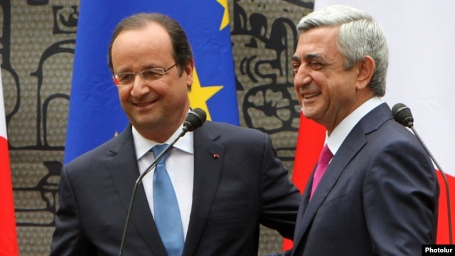 Armenia - President Serzh Sarkisian (R) and his French counterpart Francois Hollande attend a public ceremony in a Yerevan park, 13May2014.