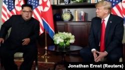 Солтүстік Корея басшысы Ким Чен Ын АҚШ президенті Дональд Трамппен кездесуде. Сингапур, 12 маусым 2018 жыл.