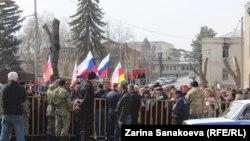 Накануне сторонники экс-президента собрались у здания правительства и потребовали отменить вынесенное ранее решение суда