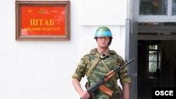 Soldat rus, de gardă la unitatea militară din Bender