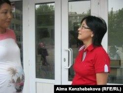 Баласы бірінші сыныпқа барған Айнагүл Ибрагимова мектептің алдында тұр. Алматы, 18 қыркүйек 2014 жыл.