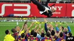 Архивска фотографија: Фудбалерите на Барселона ја прославуваат титулата во Лигата на шампиони фрлајќи го во воздух тренерот Јосеп Гвардиола на 28 март 2011 година на стадионот Вембли во Лондон.