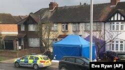 Մեծ Բրիտանիա - Ոստիկանությունը Նիկոլայ Գլուշկովի տան մոտ, որտեղ նրան մահացած են գտել, Լոնդոն, 13-ը մարտի, 2018թ․