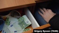 Деньги в ящике, архивное фото