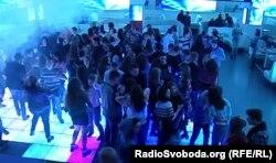 Донецька молодь розважається у нічному клубі