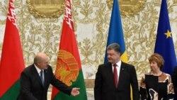 Президент Білорусі Олександр Лукашенко (ліворуч) і президент України Петро Порошенко під час зустрічі в Мінську 26 серпня 2014 року