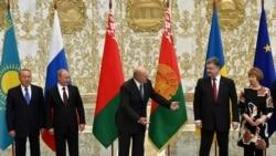 Президент Беларуси Александр Лукашенко (в центре), президент России Владимир Путин (слева) и президент Украины Петр Порошенко. Минск, 26 августа 2014 года.