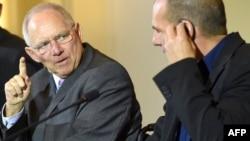 Министры финансов Германии и Греции - Вольфганг Шойбле (слева) и Яннис Варуфакис