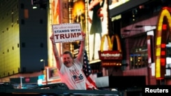 Дональд Трампты жақтаушы өз кандидатының жеңісіне шаттанып тұр. Нью-Йорк, 9 қараша 2016 жыл.