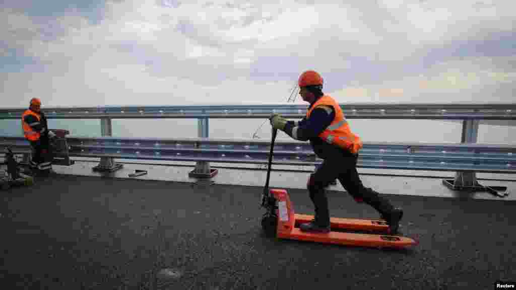 Розмітку на дорогу на Керченськиму мосту почали наносити 13 квітня